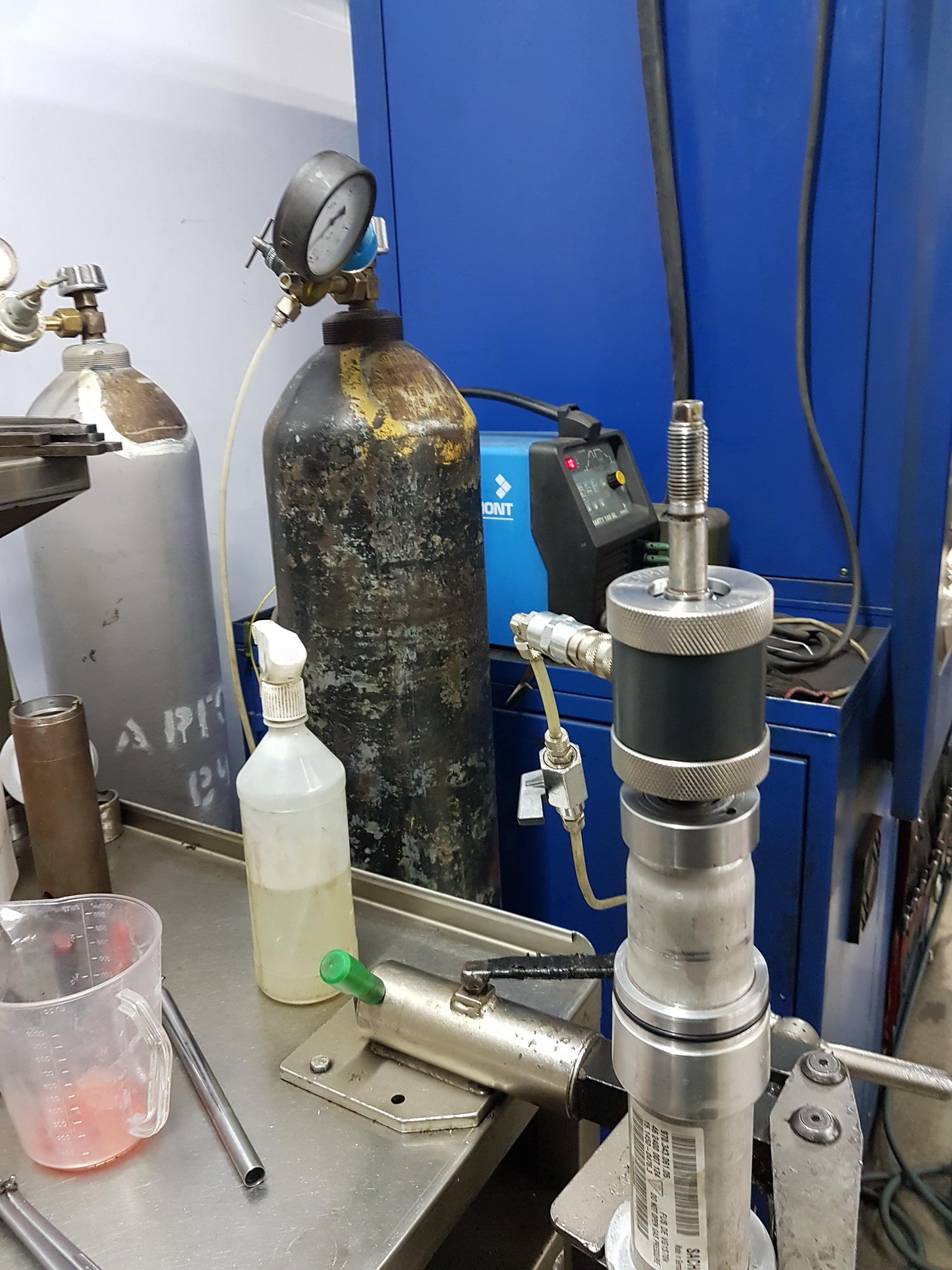 Закачка газа в амортизатор, заправка амортизатора газом